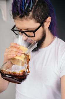 ヒップスターのバリスタ男が代替コーヒーをテスト