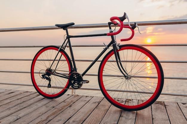 바다로 아침 일출 hipster 자전거