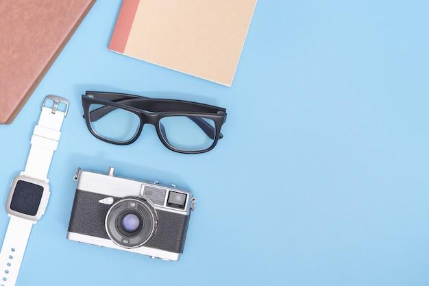 Hipster blogger travel objects на синем пространстве для плаката и баннера