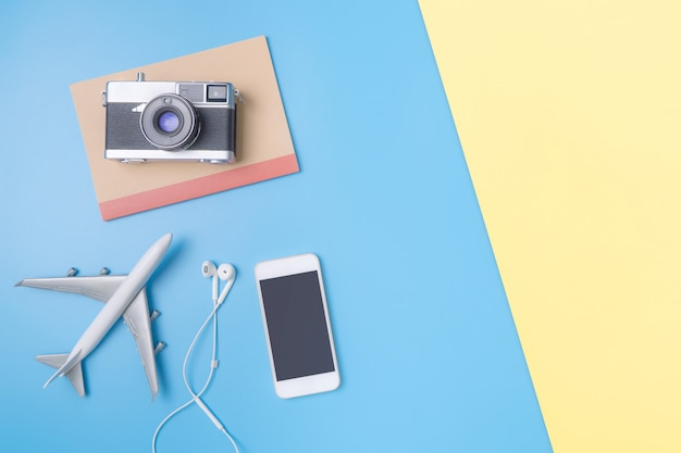 포스터 및 배너 블루 핑크 옐로우 복사 공간에 소식통 블로거 여행 개체