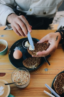 Colazione hipster nella caffetteria con pane di segale
