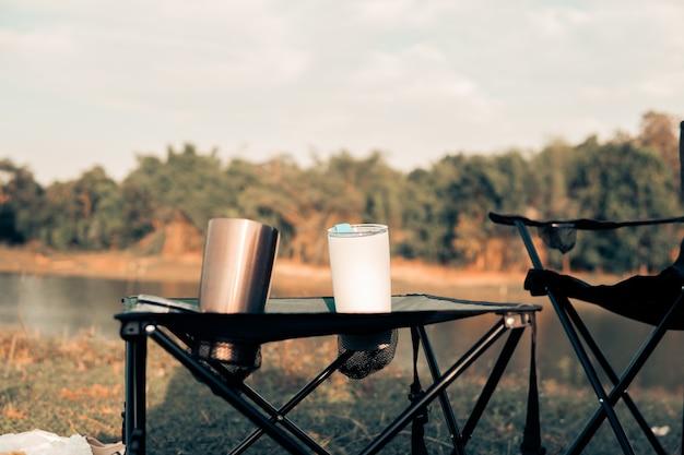 流行に敏感なキャンプは、休日と遅い生活で休息とリラックスに設定されています。