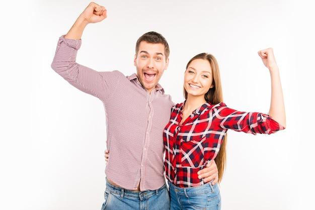 Хипстерская влюбленная пара, жестикулирующая с поднятыми руками