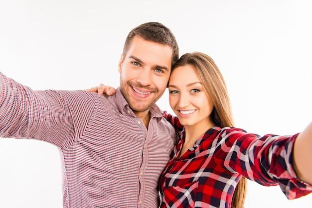 Битник влюбленная пара, делающая селфи