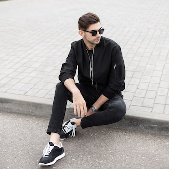 선글라스와 세련 된 옷에서 hipster 패션 남자