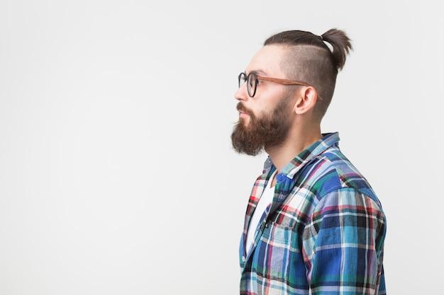 소식통, 패션, 사람들 개념. 젊은 hipster 수염 남자 안경에 셔츠 서 위에는