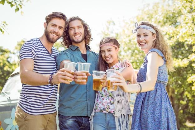 У друзей хипстера есть пиво вместе