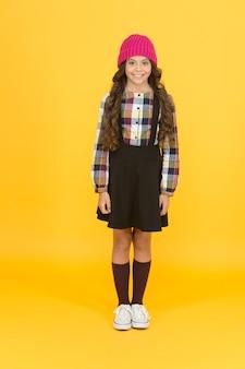 힙스터 소녀. 아동복. 학교 패션. 편안한 느낌. 소녀는 세련된 옷을 입는다. 검정 드레스. 학교 방문을 위한 정장. 데일리룩. 사랑스러운 여학생. 딱 어울리는 옷.