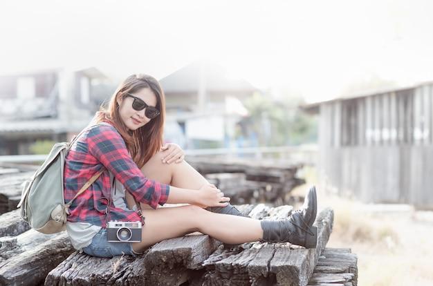 가방과 빈티지 카메라와 함께 hipster 소녀