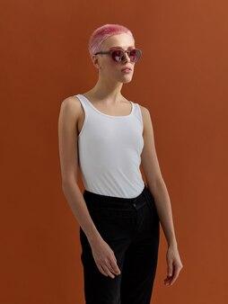 短いピンクの髪の流行に敏感な女の子