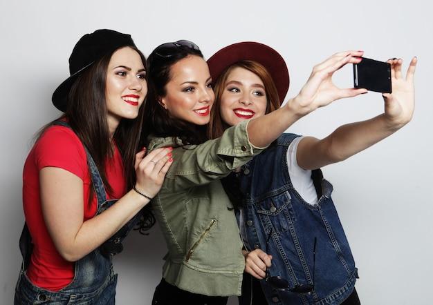 Selfieを取って流行に敏感な女の子の親友