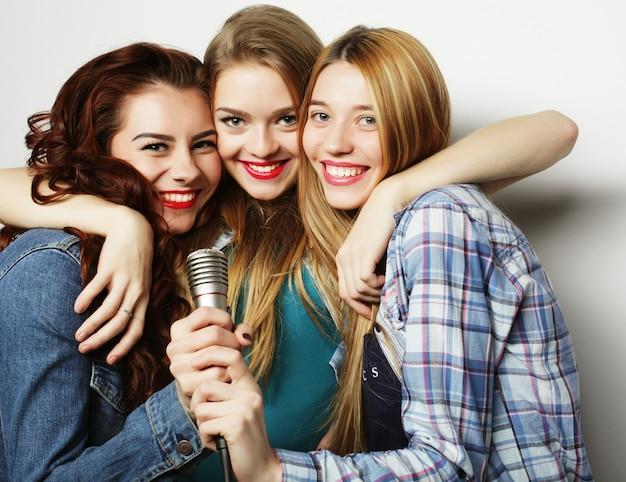 Хипстерские девушки с микрофоном поют и веселятся