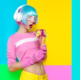Хипстерская женская дискотека и поддельное мороженое. искусство минимализма. свежие цвета. пастельный тренд