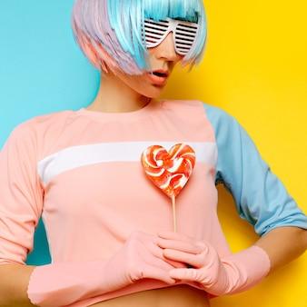 Хипстерская леди дискотека и леденец. искусство минимализма. свежие цвета. пастельный тренд