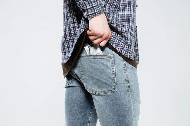 Preservativo posa hipster nella tasca posteriore