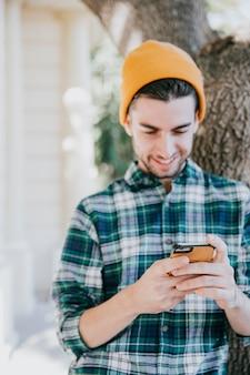 Hipster guardando smartphone