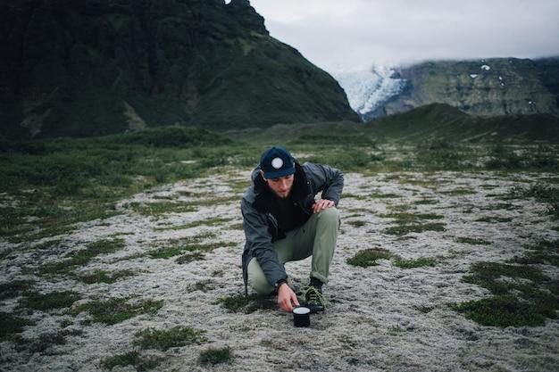 Uomo dei pantaloni a vita bassa che fa un'escursione in islanda