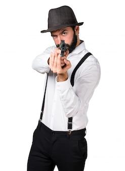 Человек-хипстер стреляет с пистолетом