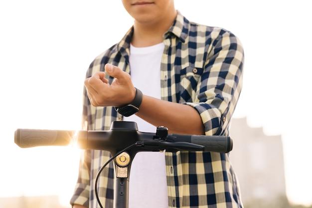 流行に敏感な男は、駐車場、観光電話アプリケーションを共有する際に自転車自転車で電動キックスクーターnfc非接触ロッカーを借ります。市内でビジネスエコ輸送を共有する