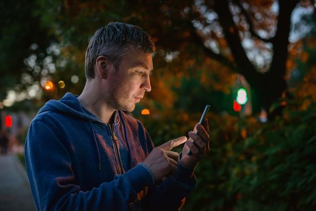 Hipster 남자 도시에서 밤에 휴대 전화 통화