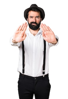 Hipster человек с бородой делает знак остановки