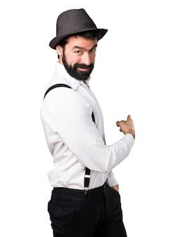 수염을 다시 가리키는 hipster 남자
