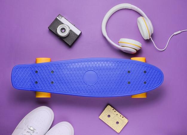헤드폰 운동화 복고풍 카메라 오디오 카세트와 함께 소식통 복장 스케이트 보드
