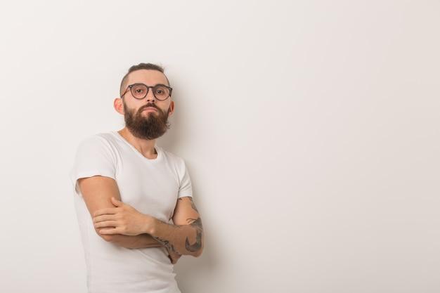 Битник, люди концепции - битник парень в очках со скрещенными руками на белом фоне.