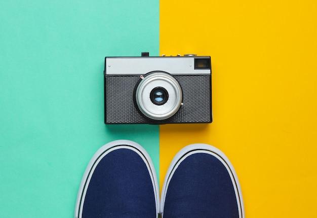 Hipster 스타일 플랫 누워. 클래식 스니커즈와 파스텔 컬러 배경에 복고풍 필름 카메라. 평면도