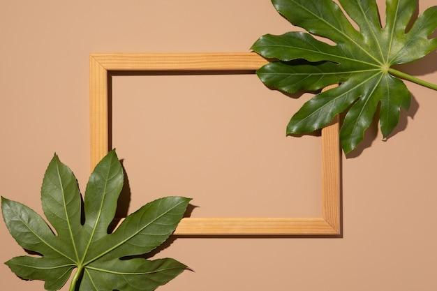 Хипстерская летняя квартира лежала с каймой на бежевом фоне. зеленый тропический фон пальмовых листьев. минимальная идея концепции.