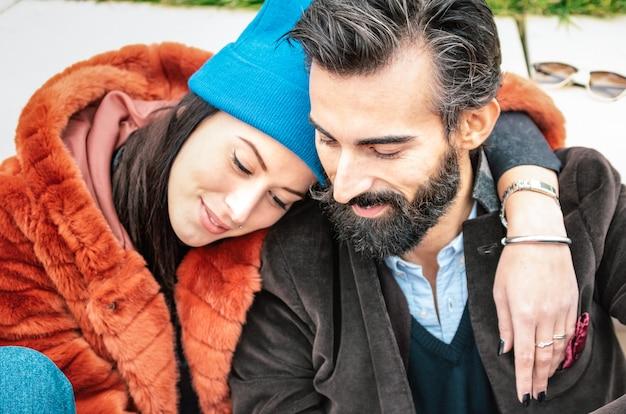 Hipster пара влюбленных отдыхая на нежный момент на открытом воздухе