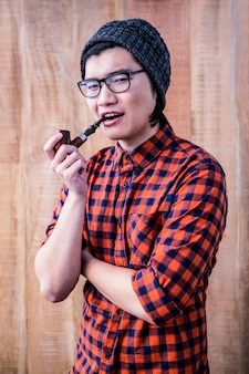 Hipster курительная трубка со скрещенными руками