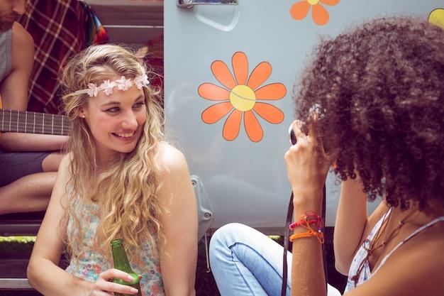 フェスティバルでキャンパーバンのhipsterの友達