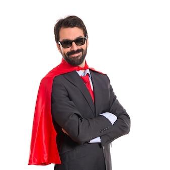 サングラスを持つスーパーヒーローのような服を着たhipsterのビジネスマン