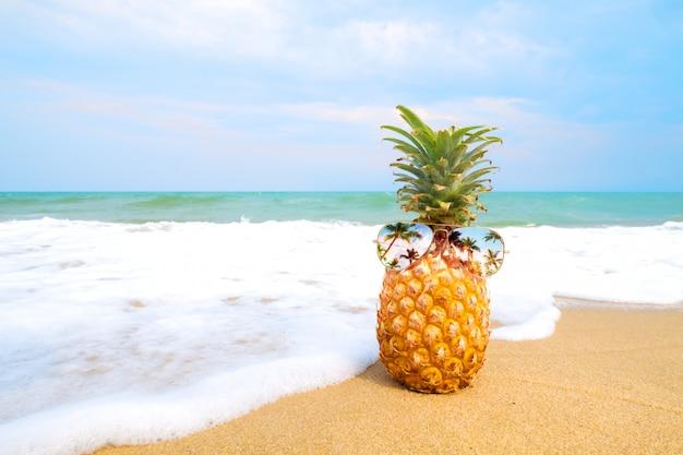 Hipster ананас с очками на песчаном пляже