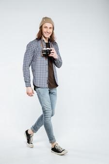 Вертикальное изображение hipster с ретро-камерой
