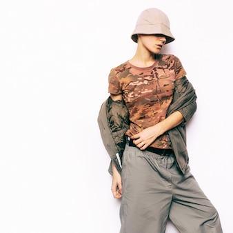 Стиль милитари. городская модель моды hipster