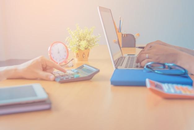 Hipster современный графический дизайнер чертежа, работающий дома, используя ноутбук в офисе.