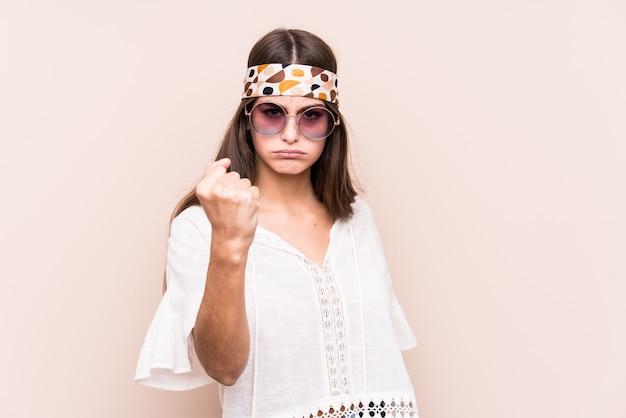 Женщина молодого hipter кавказская изолировала показывать кулак к камере, агрессивное выражение лица.