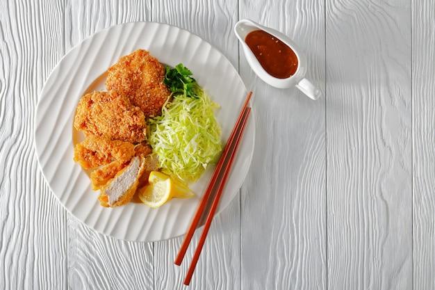 Hirekatsu, 잘게 썬 양배추를 곁들인 튀긴 돼지 고기 필레