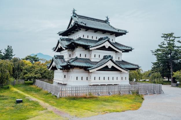 Замок хиросаки в парке хиросаки является известным туристическим направлением аомори, тохоку, япония.