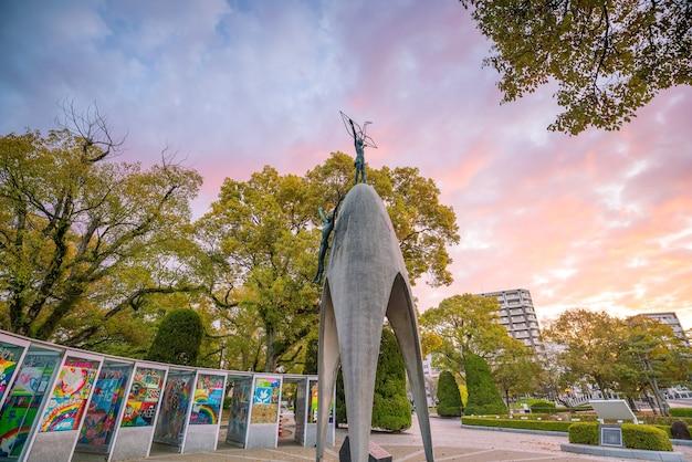 Хиросима, япония - 24 марта 2019 г .: детский памятник мира со статуей девушки, держащей сложенный бумажный журавль, в мемориальном парке мира в хиросиме, япония.