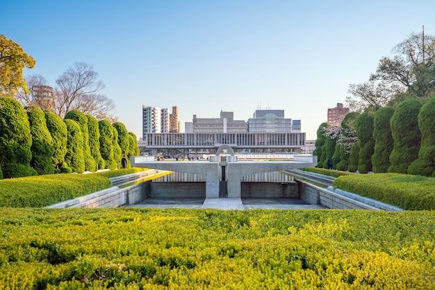푸른 하늘이 있는 일본의 히로시마 평화 기념 박물관