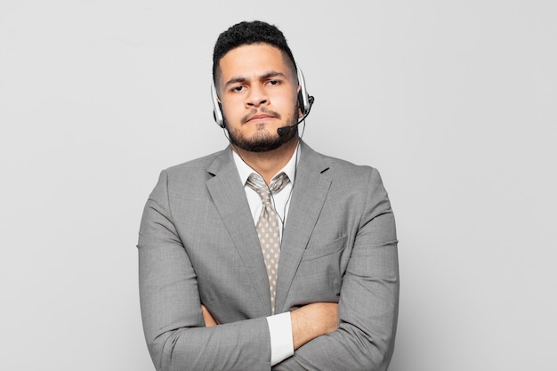 Испаноязычное бизнесмен сердитое выражение концепции телемаркетинга