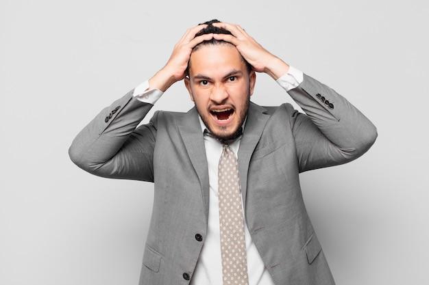 Испаноязычное бизнесмен сердитое выражение