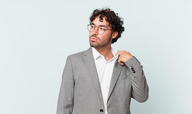 Латиноамериканский бизнесмен чувствует стресс, тревогу, усталость и разочарование, дергает за шею рубашки, выглядит разочарованным из-за проблемы