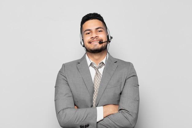 ヒスパニック系のビジネスマンの幸せな表情のテレマーケティング コンセプト