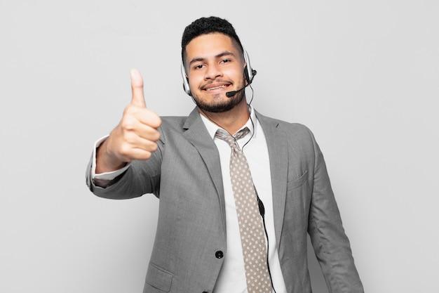 ヒスパニックビジネスマン幸せな表現テレマーケティングの概念