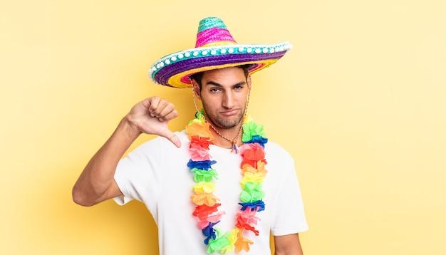 Испаноязычный красавец чувствует крест, показывает палец вниз. концепция мексиканской вечеринки
