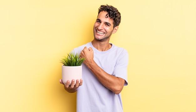 Испаноязычный красавец чувствует себя счастливым и сталкивается с проблемой или празднует. концепция декоративного растения